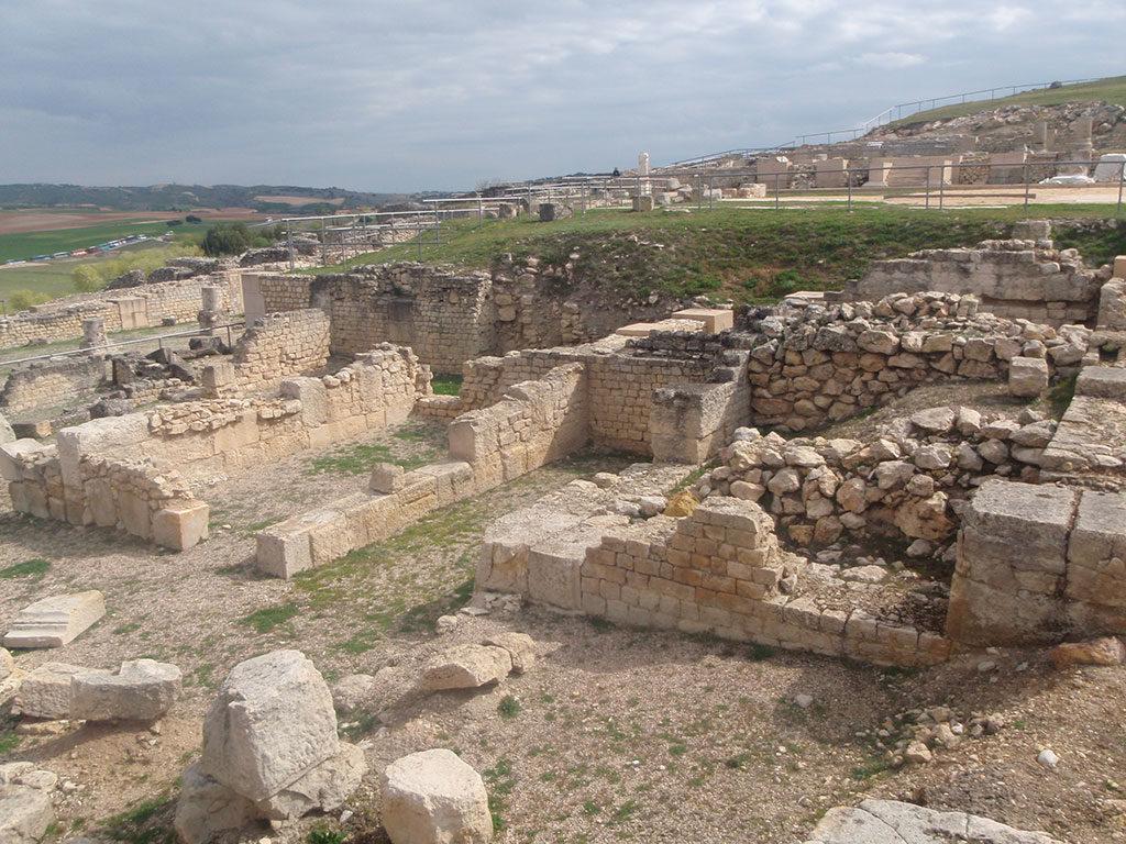 Restos arqueológicos del foro romano del Parque Arqueológico de Segóbriga