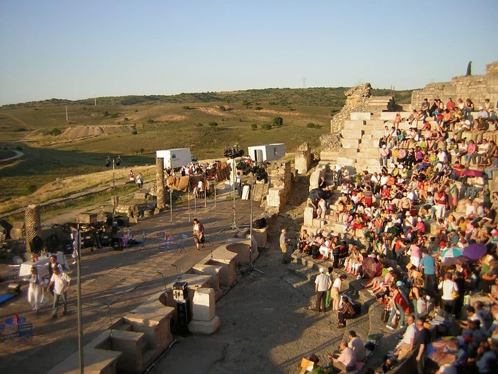 Teatro romano de Segóbriga al atardecer, con la cavea llena de gente esperando durante la clausura del Festival Juvenil de Teatro Grecolatino de Segóbriga de 2008