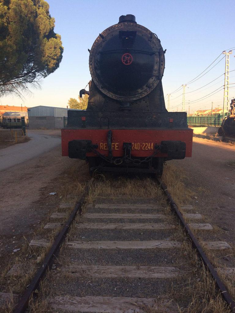 Locomotora de frente en el Museo del ferrocarril de Alcázar de San Juan